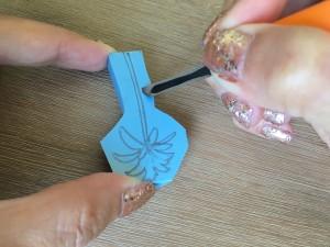 Création tampon : Vous allez maintenant réaliser le sillon en inclinant la lame du scalpel vers l'intérieur du motif. Sculptez à environ 5 mm de la découpe précédente.