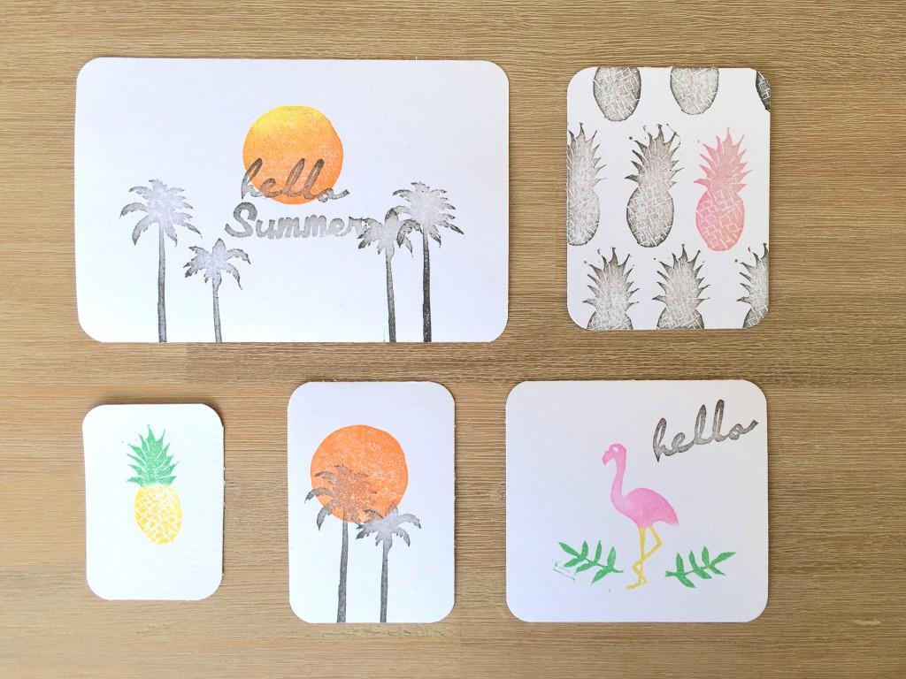 Petites cartes réalisées avec des tampons faits maison.