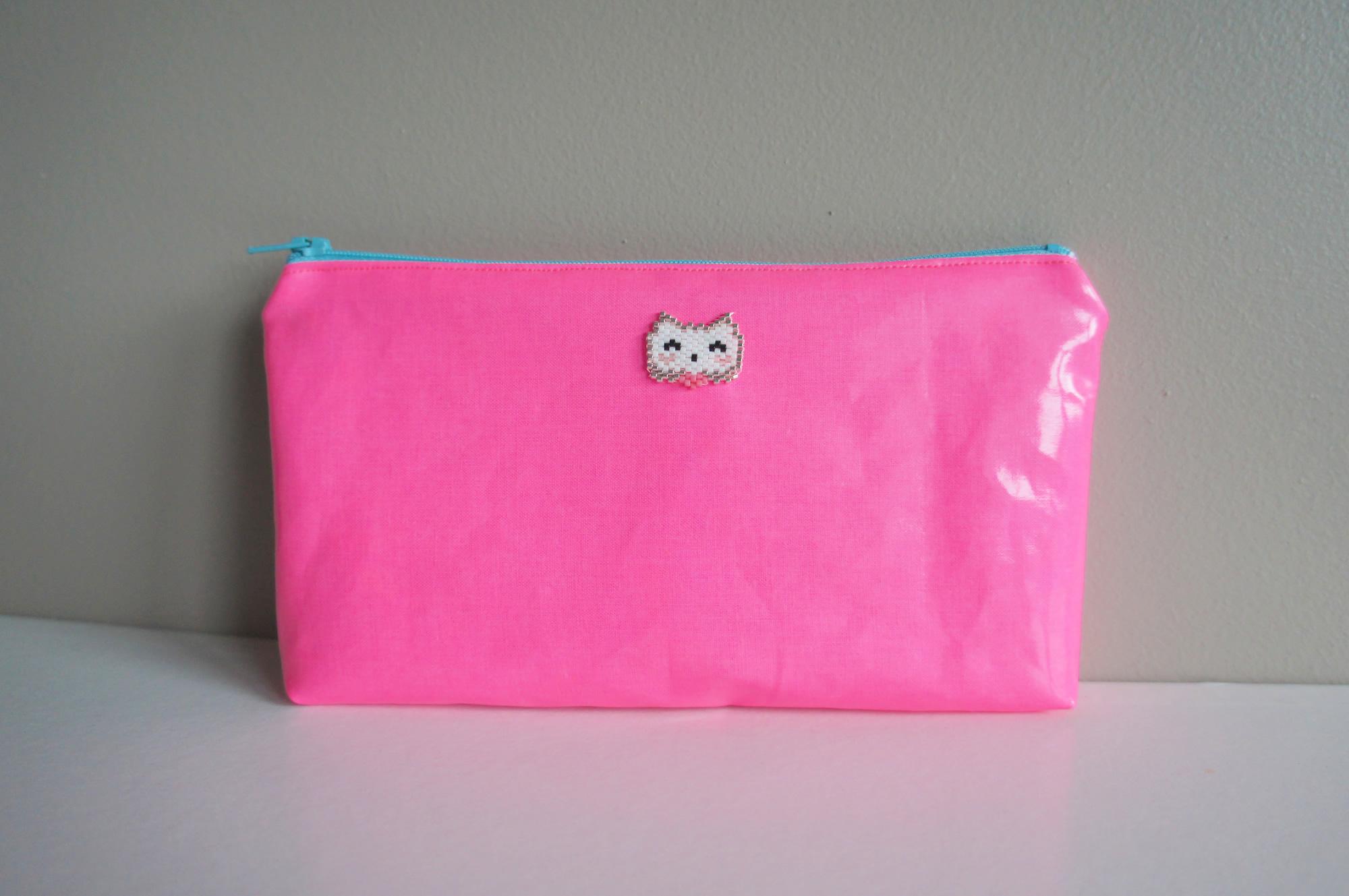 Trousse rose fluo enduite avec chat en perles